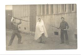 Photo Carte- On Capture Un Espion ? Jeu - Militaires Avec Armes - Armée Belge  (b188) - Uniformen