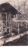 AK Foto Deutscher Soldat Vor Holzhütte - Russland - Rokitno-Sümpfe - 1917 (24225) - Guerra 1914-18