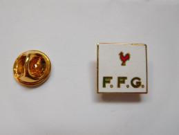 Beau Pin´s En EGF , FFG , Fédération Française De Golf , Coq - Golf