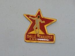 Pin's ESCRIME, SALLE TAILLEFER, ANGOULEME - Escrime