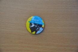 REF Y1  : Badge Ancien Epok 1980 Punk Rock Pin's LKJ Englan Is A Bitch - Muziek