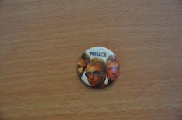 REF Y2  : Badge Ancien Epok 1980 Punk Pop Hard Rock Pin's Police Sting - Musique