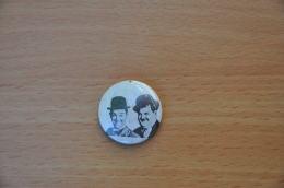 REF Y2  : Badge Ancien Epok 1980 Punk Pop Hard Rock Pin's Laurel & Hardy - Musique