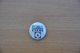 REF Y4  : Badge Ancien Epok 1980 Punk Pop Hard Rock PUBLIC  ENEMY WHITE - Musique