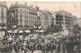 LYON  Place De La République Un Jour De Fete Neuve Excellent état - Lyon