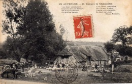 EN AUVERGNE - Devant La Chaumière.  Carte écrite En 1919   2 Scans   TBE - Auvergne