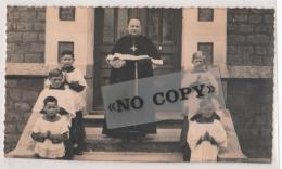 PASSAIS-LA-CONCEPTION   - ( Orne ) - Photo Format  14 Cm Par 8 Cm - Le Curé Et Ses Enfants De Cœur En 1952 - Persone Identificate