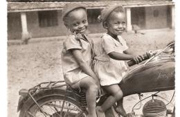 MISSION SAINT PAUL OUBANGUI CHARI SOURIRES DE L AFRIQUE NOIRE NON ECRIS  DEUX ENFANTS SUR UNE MOTO - Zentralafrik. Republik