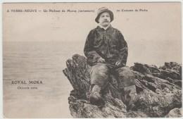 A TERRE NEUVE (CANADA) - UN PECHEUR DE MORUE EN COSTUME DE PECHE - Newfoundland And Labrador
