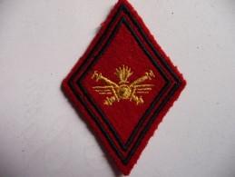 Losange De Bras - Troupe D´ Artillerie. Broderie Or Sur Fond Rouge.Date Des Années Antérieures à 1962. - Ecussons Tissu