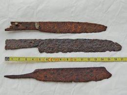 Lot  De 2 Couteaux Médiévaux Et Un Rasoir Ou Couteau Gaulois , Fer Forgé , Ancienne Collection. - Archeologie