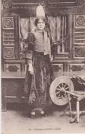 D 29 - PONT L'ABBE - Costume - Femme Avec Coiffe - Rouet - Pont L'Abbe