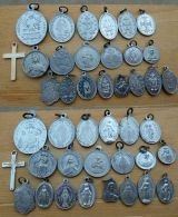 Med-1000 Lot De 21 Médailles Religieuses La Majorité En Alu - Religione & Esoterismo