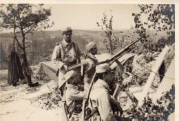 GUERRE  1914.18.  MITRAILLEUSE ET MILITAIRES AVEC CHARGEUR AU FRONT - Guerra, Militari