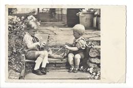 15144 - Deux Enfants Admirant Une Cage à Oiseaux Avec Une Perruche - Scènes & Paysages