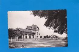 CPSM   COUCY Les EPPES - Place De La Gare - éditeur Combier - écrite Et Timbrée - France