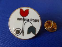 Pin's Non à La Drogue - Lions Club - Fleur - Zamac (YB59) - Associations