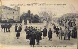 C.P.M  - DROME - CHATEAUNEUF-du-RHÔNE - N° 3 - La Place Et Avenue De Montélimar Trés Animée - Bon état - Autres Communes
