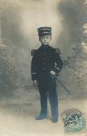 METIERS - POMPIERS - ENFANTS - Jolie Carte Photo Portrait Petit Garçon En Tenue De Pompier Datée 1906 - Sapeurs-Pompiers