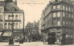 59 LILLE - PLACE DE LA GARE ( TRAMWAY - DEVANTURE PHARMACIE LOBRY - CAFE BULENS ) - Lille