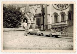 VERITABLE VIEILLE PHOTO DENTELEE Avec Vieilles Voitures Devant Eglise Ou Cathédrale - Cars