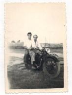 VIEILLE VERITABLE PHOTO Dentelée  : Souvenir De Copains Sur Moto à MARSEILLE L'ESTAQUE Immatriculation 4263 CA4 - Non Classés