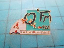 PIN115e Pin´s Pins / THEME MEDIAS : Pas Pour Toi Roberto Gori !!! RADIO FM 92.1 MHZ   INSCRIPTION AU DOS ,  Voir Photo N - Mass Media
