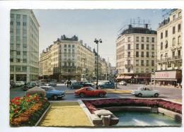 CPm  69  :  LYON  Place Avec Voitures Dont Ferrari 250 GT  Et Simca Aronde   A  VOIR  !!!!!!! - Lyon
