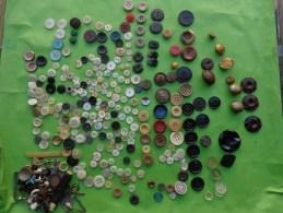 Lot De  Boutons Divers-verre-ceramique-militaire-art Deco-nacre-bakelite ? Etc... - Boutons