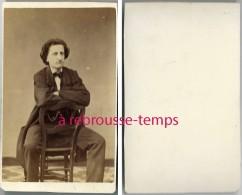 CDV-amusant -homme Faisant La Moue, à Califourchon Sur Une Chaise-mode Second Empire-anonyme - Photographs