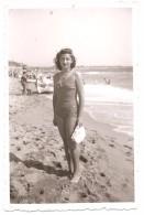 Photo Originale, Femme En Maillot , Bord De Mer  , Dim. 6.0 X 9.0 Cm . - Personas Anónimos