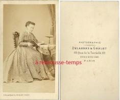 CDV Mode Second Empire-femme à La Lecture-jolie Robe Rayée-photographie Delarras Et Grelet-face Notre Dame Paris - Non Classés