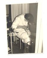 Photo ( 6 X 9 Cm) D'une Pédicure Au Travail - Stolberg 1961 - Soin, Medecine, Pied,...Métier (b59) - Professions