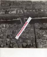75 - PARIS - LE LOUVRE   -  RARE PHOTO ORIGINALE  AERIENNE FORMAT 22 CM X 22 CM - Lieux