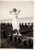 Photo Originale Pin-Up  Au Milieu Des Plots En Bois à Knocke (Belgique) En Juin 1935 - Pin-Ups