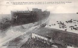 """Cpa Bateau Identifié Cale De Lancement Du Paquebot """" Ile De France """"chantier De Penhoet  Gros Plan De Face .c G T Cgt """" - Dampfer"""