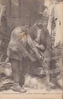 CILICIE-Coiffeur Indigène Aiguisant Ses Rasoirs...1920  Animé  (coins Arrondis) - Türkei