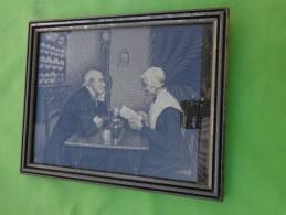 Gravure Sur Soie - Ancienne  -interieur De Maison-- Vaisselle Horloge Couple  Etc.... Signee NF D'apres ??? - Art Populaire