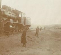 Iraq. 1911. = 2  PHOTOS =  Construction  Du Chemin De Fer De Tossoun- Ali. Pose Du Rail Et Arrivé Du Train. 4 Scans - Iraq