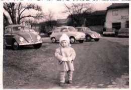 Original Foto Um 1960, 2 Alte VW, Puch 500?, Kind, Format Ca.10,2 X 7,2 Cm - Automobile