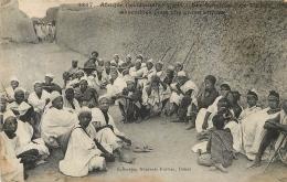 SOUDAN LES NOTABLES D'UN VILLAGE RASSEMBLES POUR UNE GRAVE AFFAIRE - Sudan