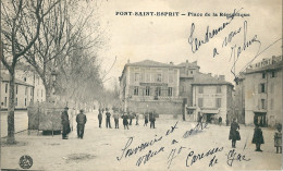 CPA 30   PONT SAINT ESPRIT PLACE DE LA REPUBLIQUE ANIMEE VESPASIENNES - Pont-Saint-Esprit