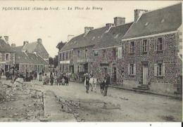 Ploumilliau  22   La Place Du Bourg Et La Riue Tres Tres Animée - Other Municipalities