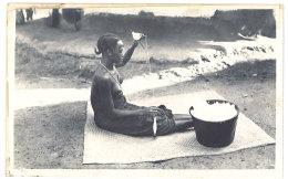 Cpa Guinée, AOF, Fileuse Guerzé ( Seins Nus ) - Guinée