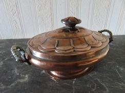 112 - Ecuelle Ancienne En Cuivre étamé – Anses En Laiton – Couvercle Cuivre Au Repoussé - Cuivres