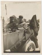 Foto/Photo. Militaria. Officiers à L'arrière D'une Voiture Décapotable.  Guerre 1914-18. A Situer. - War, Military