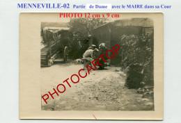 MENNEVILLE-MAIRE Jouant Aux Dames? Avec Les Soldats Dans Sa Cour-PHOTO Allemande-Guerre 14-18-1 WK-France-02- - Altri Comuni