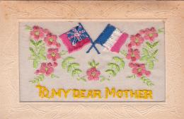 """CPA Brodée Drapeaux Français Et Anglais """"To My Dear Mother"""" Patriotique Militaria Militaire - Patrióticos"""