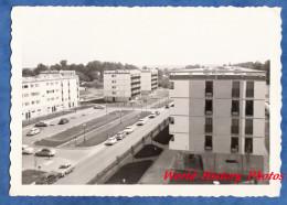 Photo Ancienne Snapshot - Ville à Situer - Automobile à Identifier Building Urbanisme Architecture Vintage HLM Immeuble - Automobili