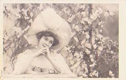 FEMME       29        ( Femme Au Chapeau ) - Silhouette - Scissor-type